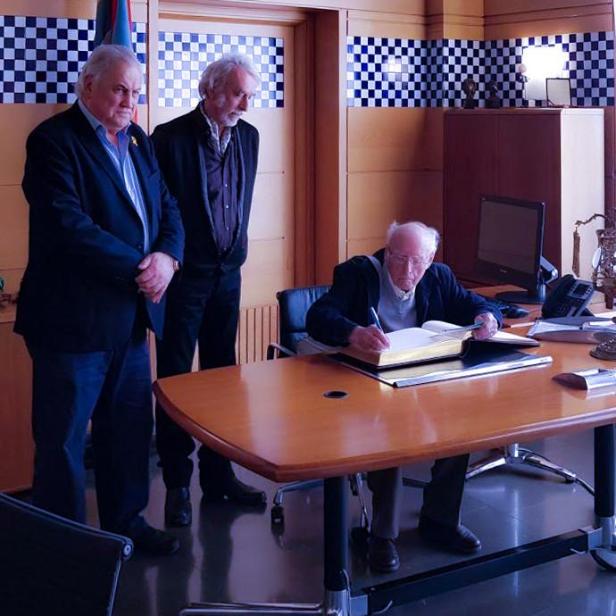 """06 Miquel Serrat, hermano de """"Cisquet"""" firmando en el Libro de Honor del Ayuntamiento de Olot (febrero 2019)"""